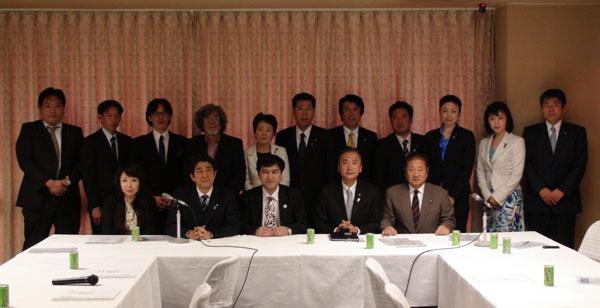 日本ウイグル国会議員連盟の方々と地方議員連盟からお二人 日本ウイグル協会役員及び黄先生、関岡先生との記念撮影