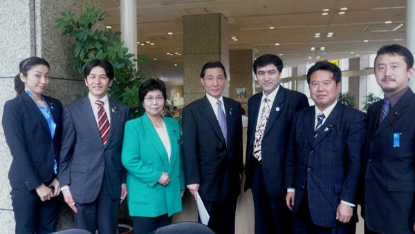 日本ウイグル地方議員連盟の方々と日本ウイグル協会会長の記念撮影